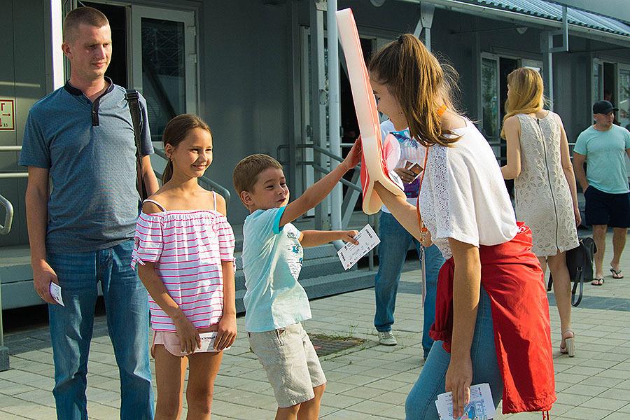 Они создают настроение: работа волонтеров на домашних матчах «Урала»